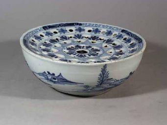 EARLE D VANDEKAR OF KNIGHTSBRIDGE - an english delftware colander bowl - Bol