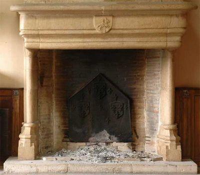 GALERIE MARC MAISON - Manteau de chemin�e-GALERIE MARC MAISON-Grande chemin�e d'�poque gothique en pierre