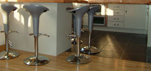 Alcove Designs -  - Schwenkbarer Barhocker