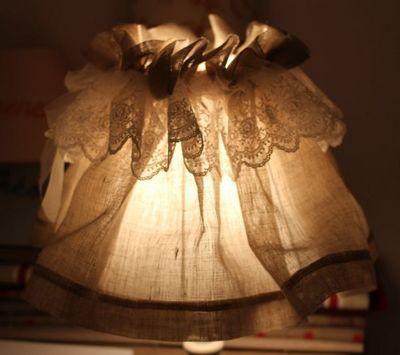 L'ATELIER DES ABAT-JOUR - Glockenrock-Lampe-L'ATELIER DES ABAT-JOUR-Juponné Lin Dentelle