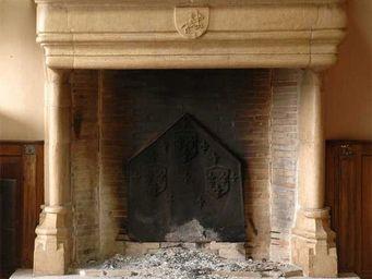 GALERIE MARC MAISON - grande cheminée d'époque gothique en pierre - Campana De Chimenea