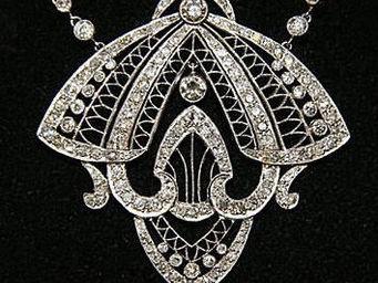 ALIÉNOR ANTIQUITÉS - pendentif en forme de papillon - Colgante